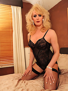 Curvy tranny babe Alison Dale naked and naughty