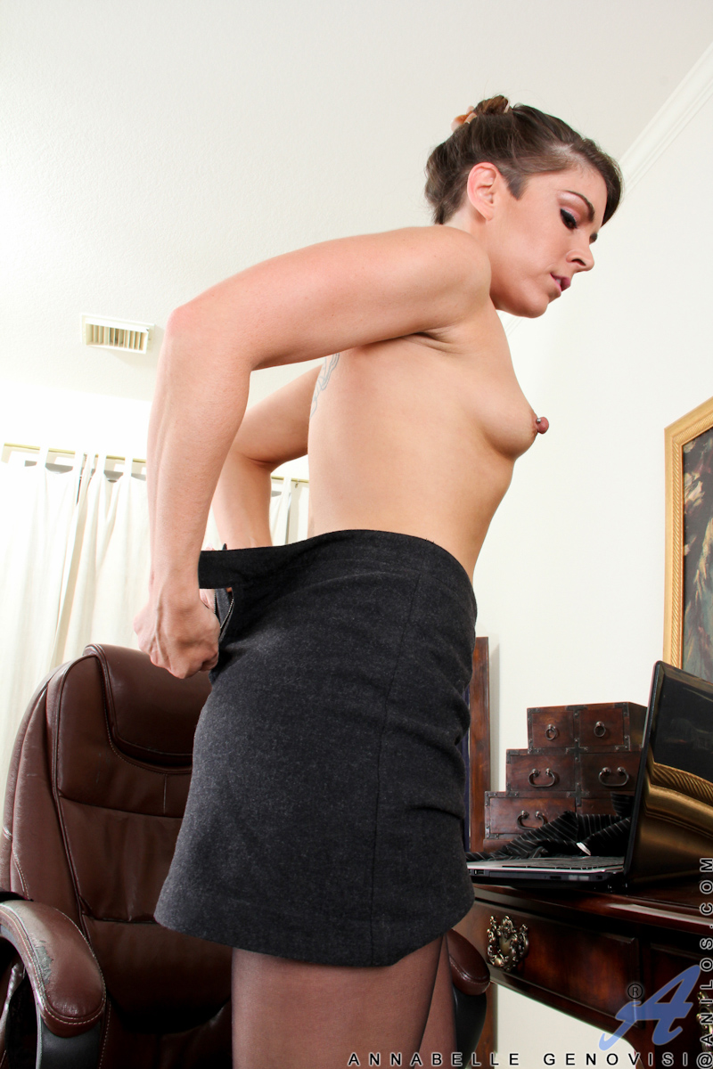 Office Secretary Masturbates As Shes Watch Anilos Porn On -2903