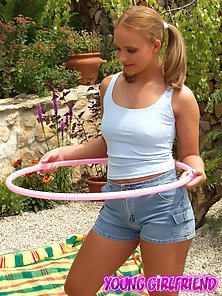 Acrobatic blonde girlfriend spreading and fingering her cunny outdoors
