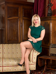 Horny wife slips off green dress and is ready to get naughty