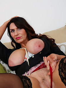 Mature lady showoff her body