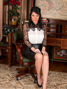 Sexy mommy can't wait to peel off her black leather skirt