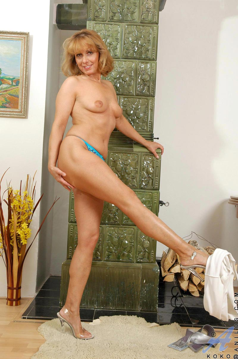 horny anilos cougar koko plunges a golden vibrator in and out of her