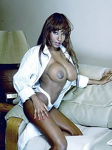 Mature ebony babe shows off her wrinkled pink pussy