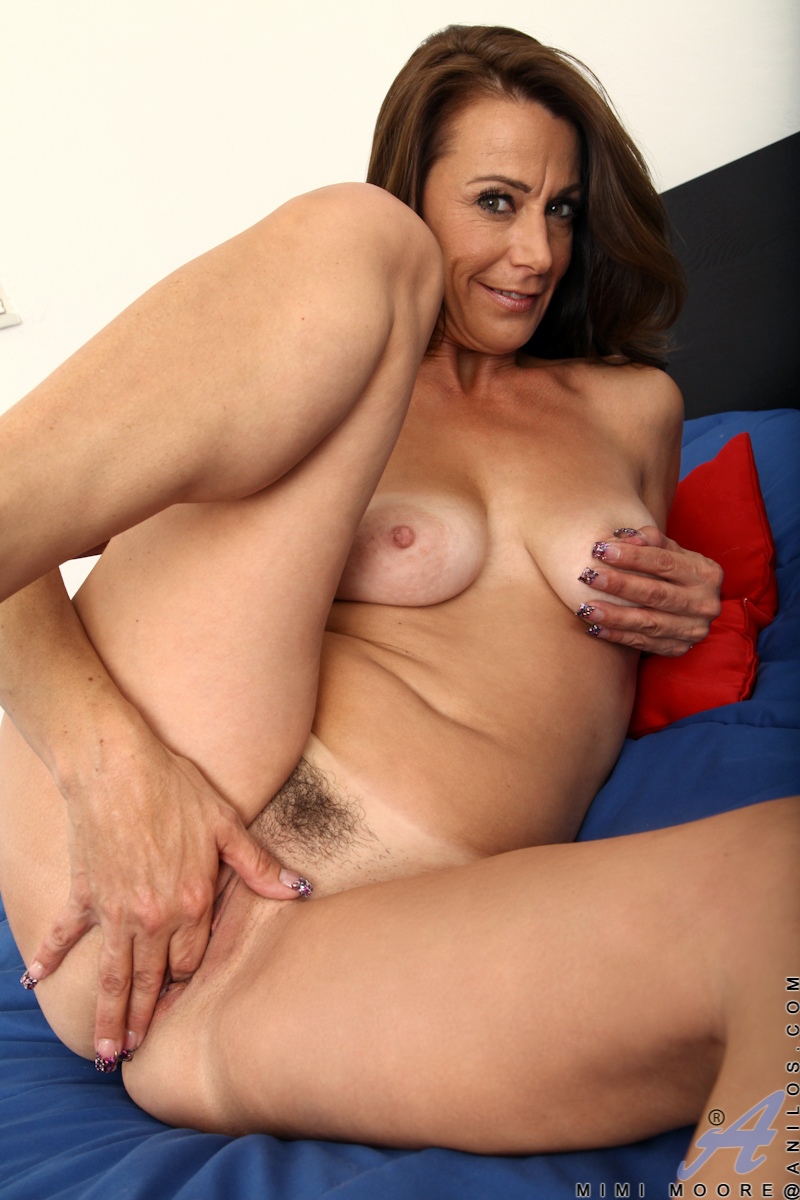 amazing mature mom plunges her fingers deep in her juice box - movie