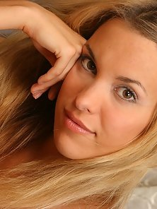 Amateur poser Silvia shows off her fantastic delicious body like a real experienced model.