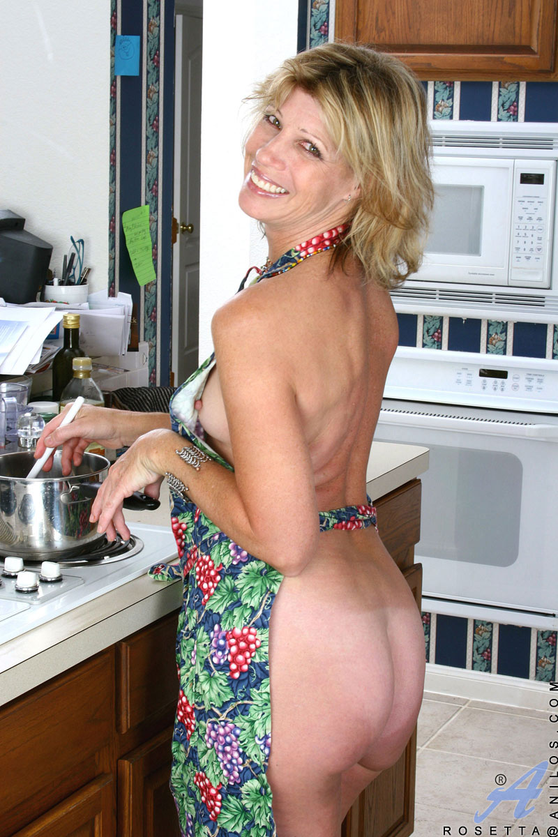 Naked Housewife Wearing An Apron Exposes Her Tits And -9511