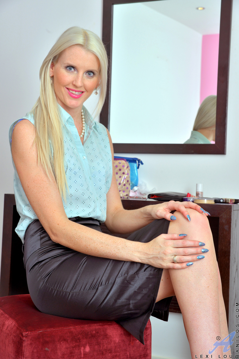 beautiful blonde milf lexi lou shows off her tight round ass in a