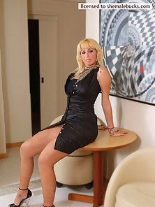 Voluptous blonde shemale lady gets rid of her black dress