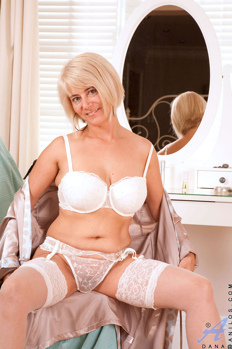 enticing busty blonde anilos displays her curvy cougar body in the