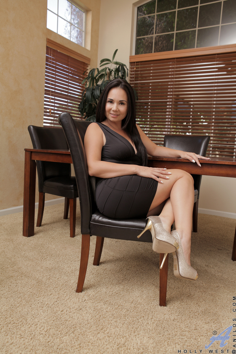 gorgeous milf shows off her juicy round ass in a tight dress - movie