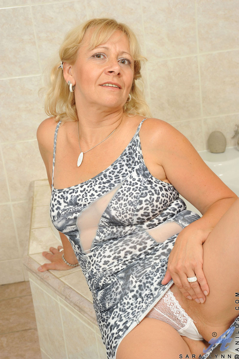 busty granny fucks her mature pussy making herself wet in the