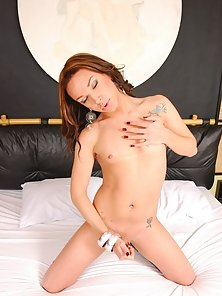 Transsexual amazone handling her huge throbbing trannycock
