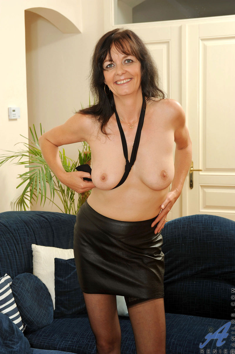 mature cougar renie removes her clothes and spreads her pussy wide
