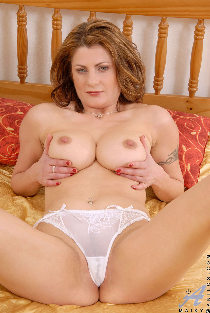 sultry anilos maiky pleasures her mature pussy with a sex toy in her