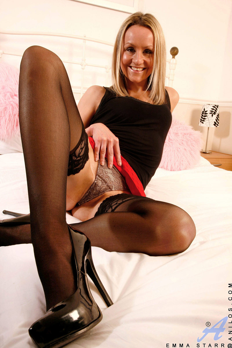 mature cougar emma starr pulls up her mini skirt and caresses her