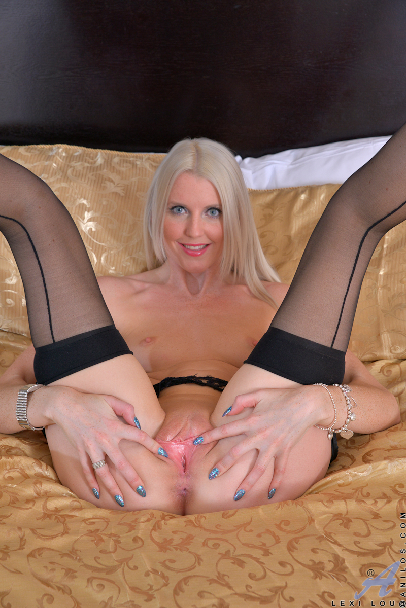 gorgeous blonde trophy wife peels open her rosy pink pussy - movie shark