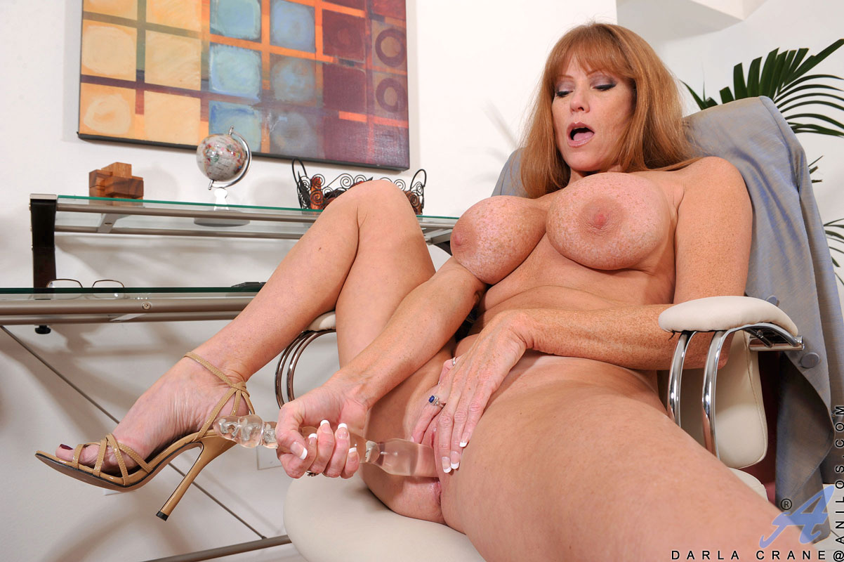 brunette anilos darla crane stretches her mature pussy with a glass