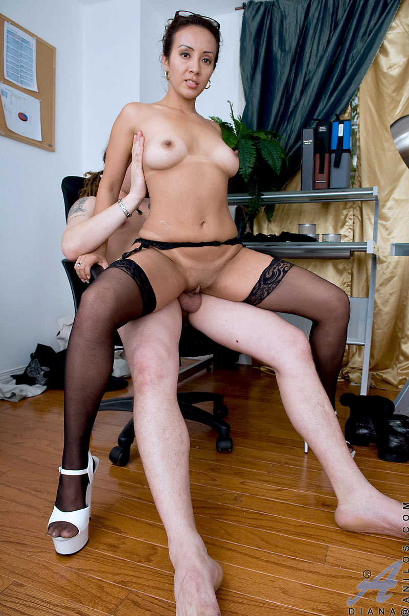 horny mature cougar diana gives a good blowjob to a lucky hunk