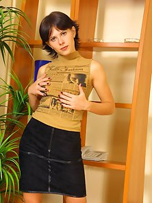 Short Haired Brunette Babe Getting Muff Toying Indoors