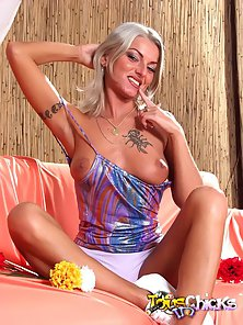 Ash blondie chick with round boobies toys her cunny doggystyle