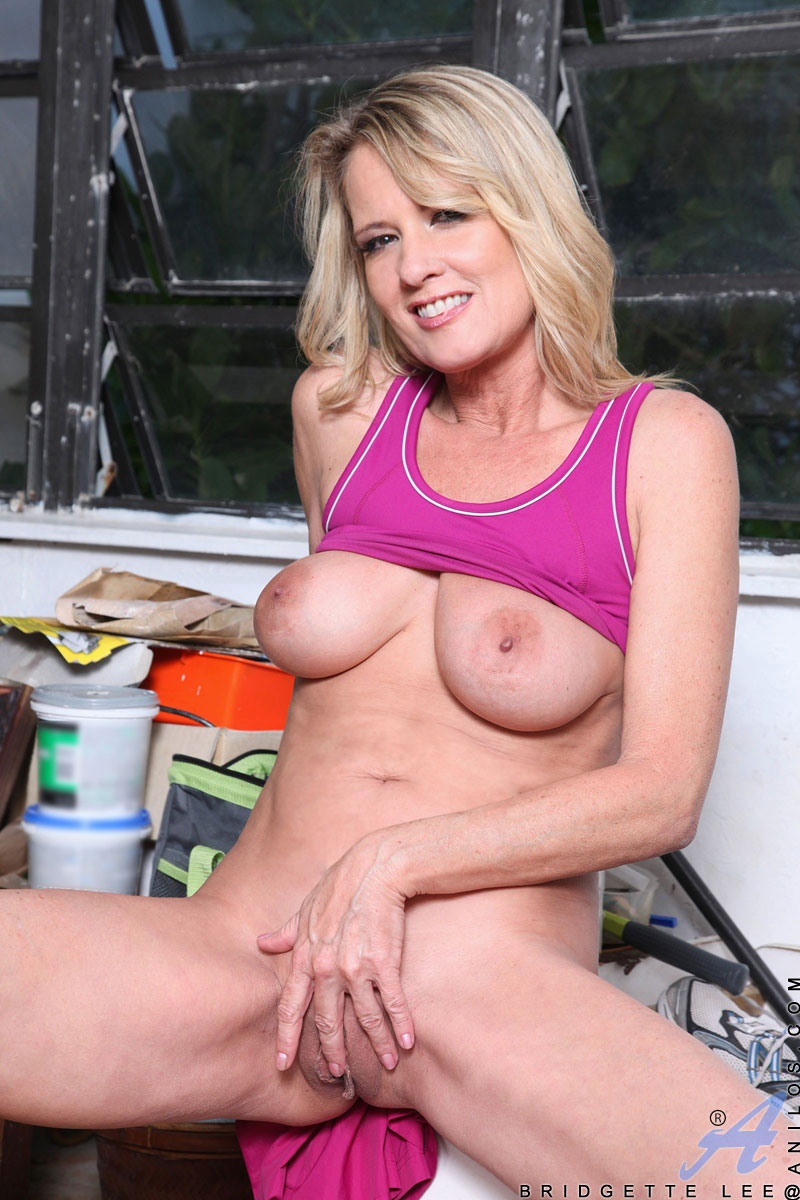 hot soccer mom bridgette lee shows off her big tits and shaved milf