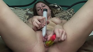 Big Boobs Babe Puts Dildo in Her Pink Cunt on Bed
