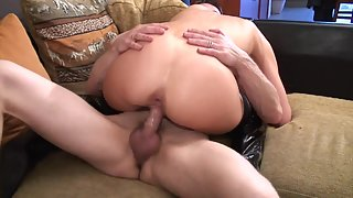 Round Ass Lady Takes Big Dick of Her Guy in Tight Pussy