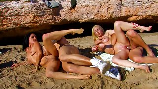 Two Chubby Babes Enjoy in Hardcore Orgy Outside